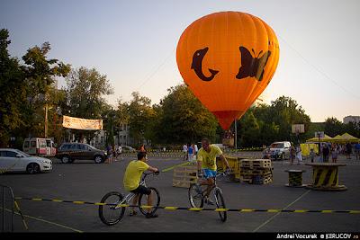 Bucuresti. Kiseleff. Soseaua fara masini. Sporturi. Un balon. Biciclete. Timp liber.