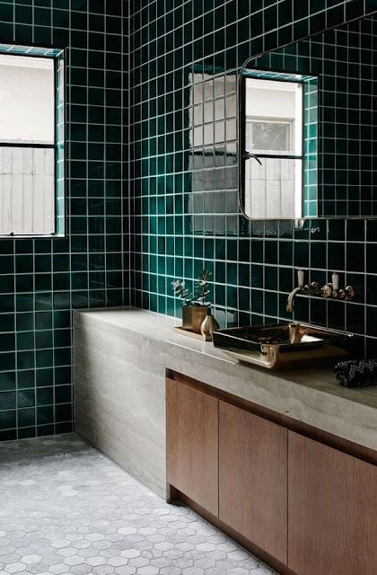 smukt badeværelse med jadegrønne fliser, træ og hotel fornemmelsen
