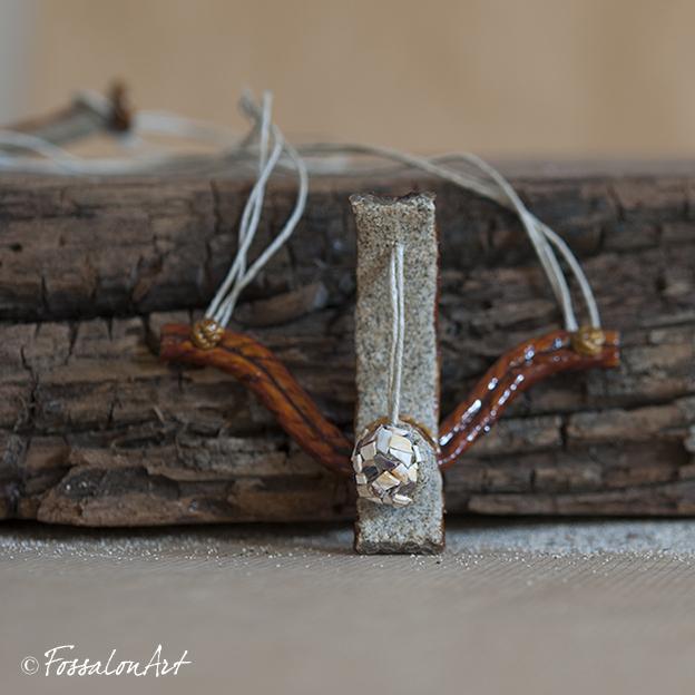 Collana in corda, sabbia, gommalacca e frammenti di conchiglie