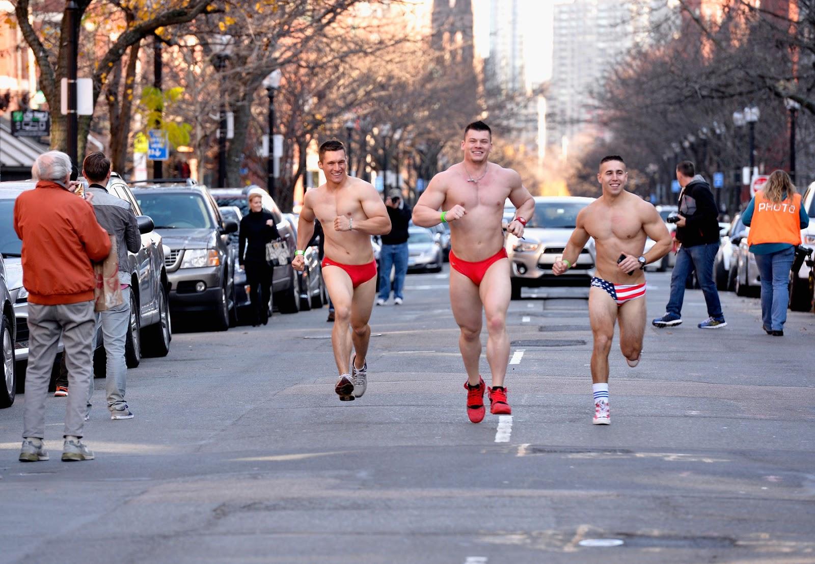 Confira fotos de edições da corrida anual 'Santa Speedo Run'