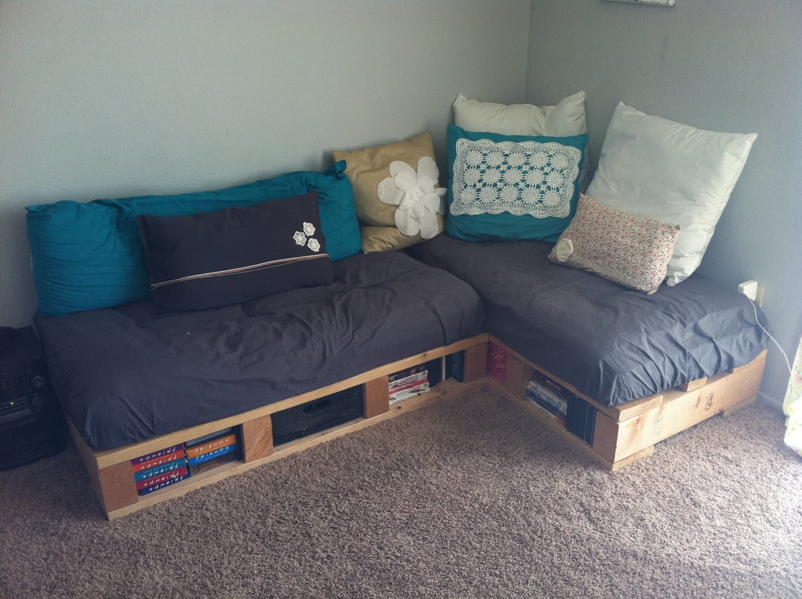 A pretty day pallet couch for Make a pallet sofa