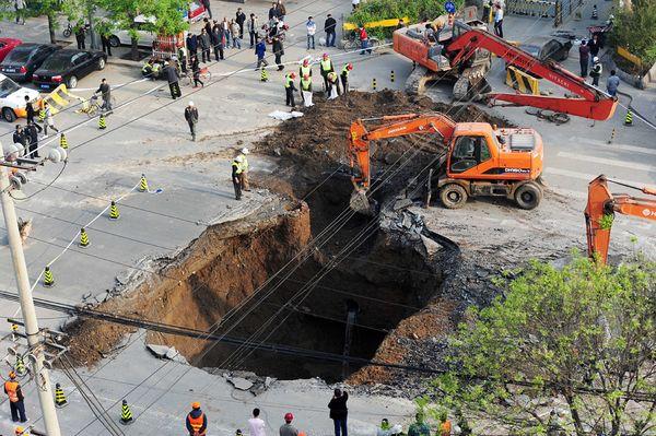Extraños agujeros que aparecen por todo el mundo China-highway-sinkhole-overhead_35250_600x450