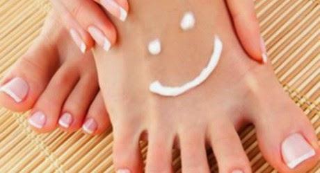 Le unghie su mani si allontanano da pelle che trattare