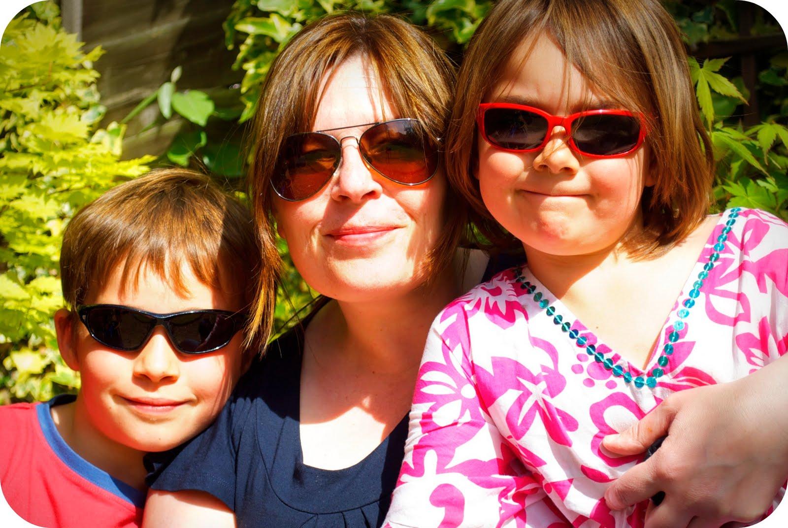 http://4.bp.blogspot.com/-T1wxidrf3Tk/Tb8NRe-JyQI/AAAAAAAABr4/dB_rw3YOBLk/s1600/sunglasses.jpg