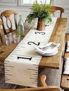 Camino de mesa con motivo de cinta métrica
