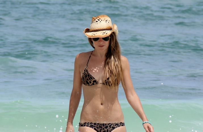 Look for the beach at the Caribbean by blogger Mónica Sors: leopard print bikini, cowboy hat and aviator sunglasses