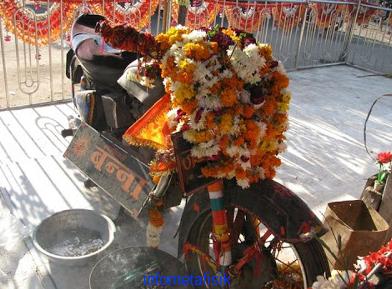 motor bekas tabrakan jadi kuil di india
