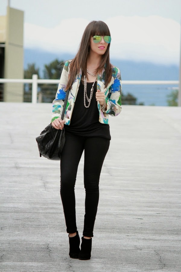 http://outfitdeldia.blogspot.com/2014/08/look-black-con-flores.html