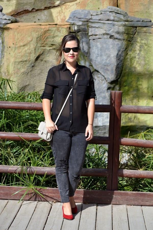 look_outfit_tacones_rojos_zapatos_toque_camisa_transparente_lolalolailo_01