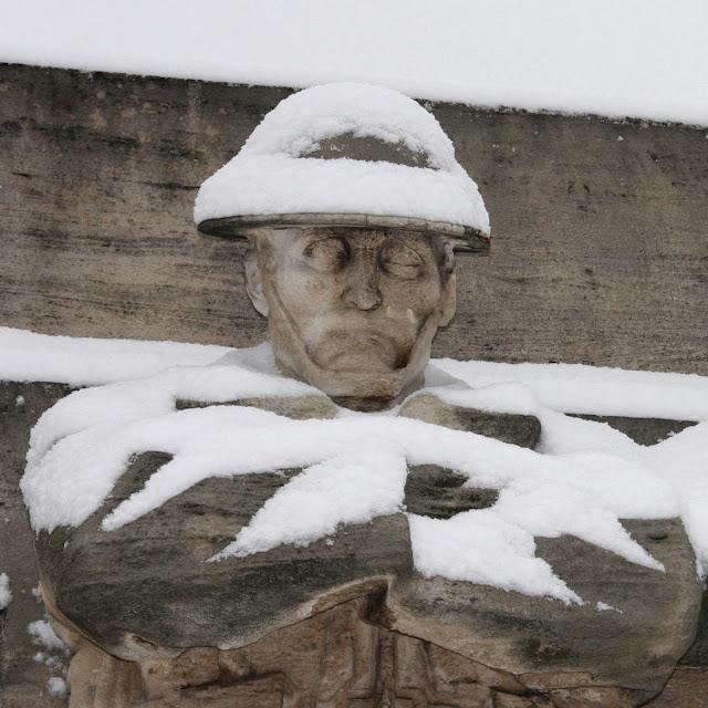 Snedækket soldat fra krigsmindesmærke i Bruxelles