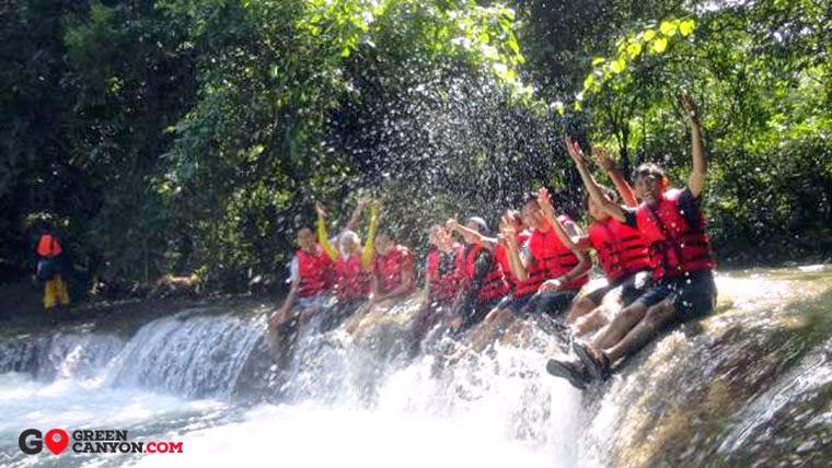 aktifitas body rafting dan paket wisata gua citumang adventure