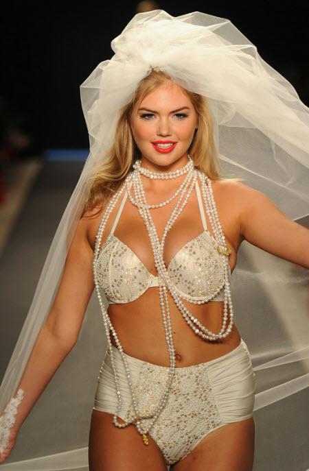 Solo Kate Upton desfilando un vestido de novia