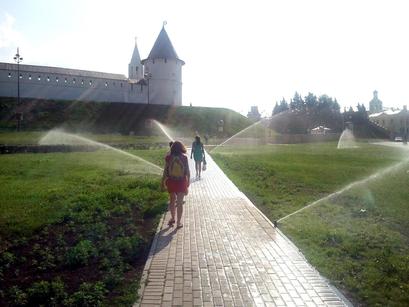 Поливалки у Казанского кремля