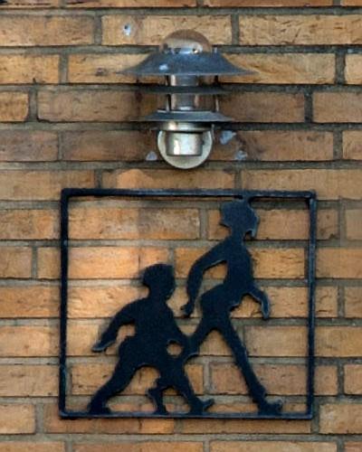 Olsen-banden figurer ved hoveddøren fra mord/selvmord på Lundsbjergvej, Ferritslev