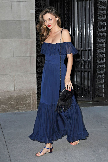 Street style Miranda Kerr, maxi-vestido folhos azul