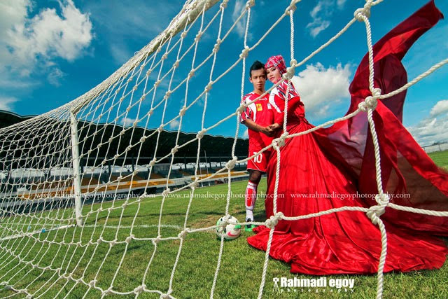 foto prewedding konsep lapangan hijau sepak bola