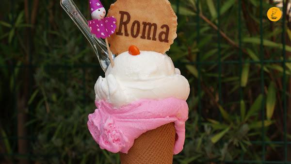 Cono de barquillo mediano de chicle y yogur en heladería Roma