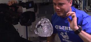 فيديو:الماء تسلية رواد الفضاء في ظروف انعدام الجاذبية