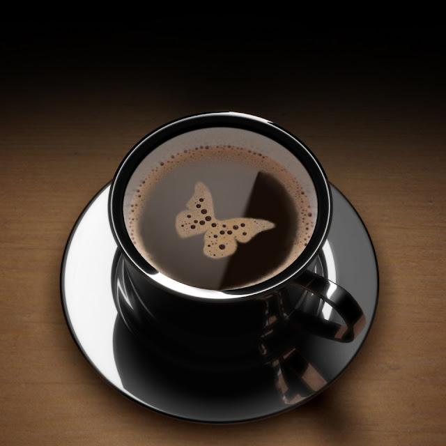 En kop kaffe, med 'sommerfugl'