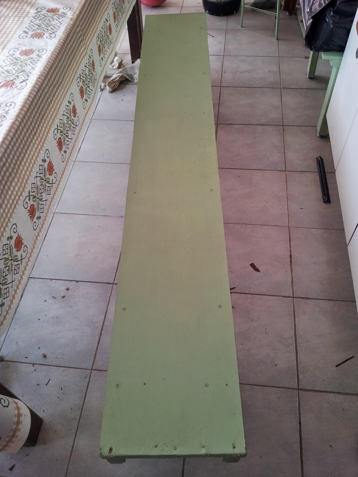 banco que foi feito com madeira de demolição estava muito  #685B51 1200x1600