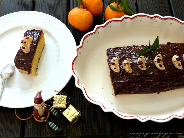 ración y pastel de mandarina con chocolate  y adornos navideños
