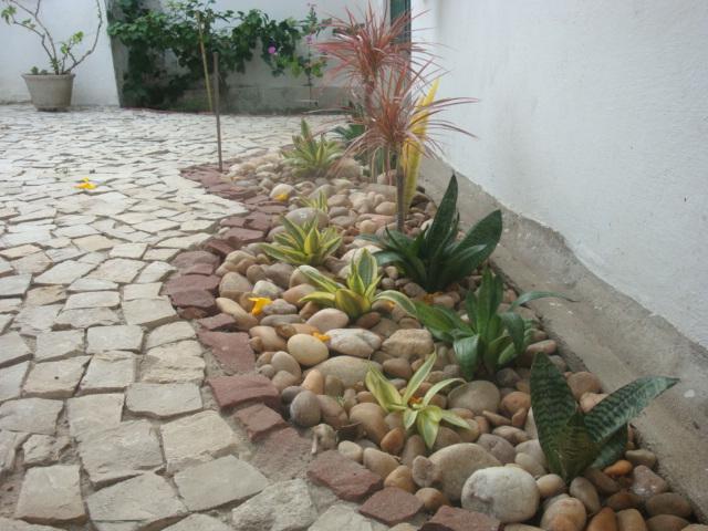 Canteiros De Jardim Finest Jardim Flores Canteiros Jardim Pedras Escada De Entrada With  -> Decoração De Jardins Com Pedras E Flores