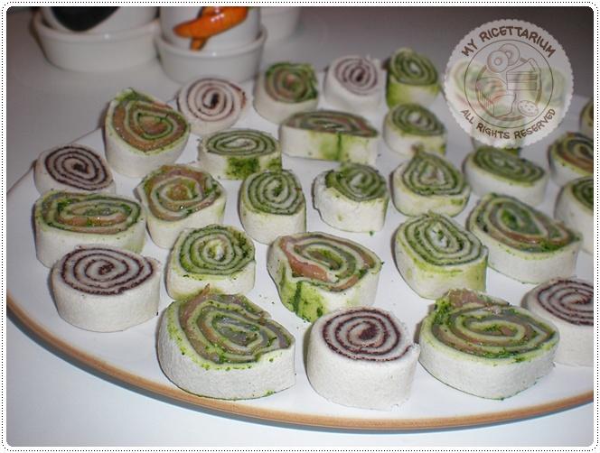 Girelle di pancarrè con salmone e pesto di rucola