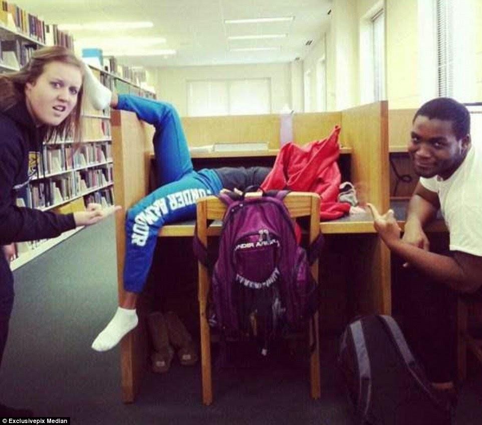 ينام بعد الدراسة على طاولة المكتبة