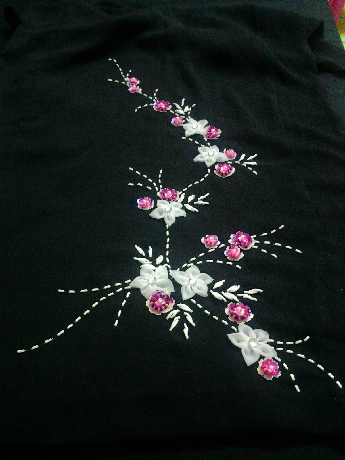 zoom full design di bhgn badan baju tgn blm jahit lm p keje td mak ckp nk design simple je kt tgn xnk bunga di tgn ok