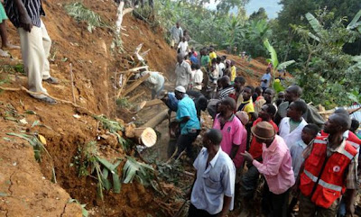 Uganda_landslide_Photo_Ugandan_people_searching_victims_recent_natural_disasters