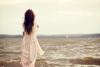 اردنية تكتشف وفاء زوجها اليها بعد وفاته - بنت امرأة حزينة فى الحب تنظر الى البحر - sad woman girl looking at sea
