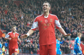 Manchester United Official Hooks Morgan Schneiderlin from Southampton
