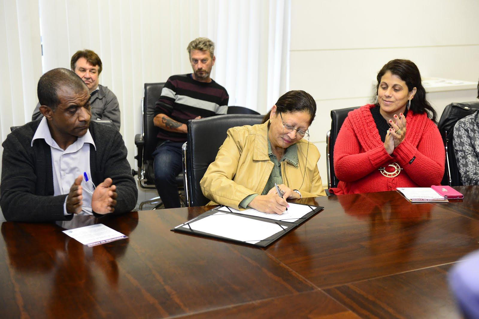 Presidente do Conselho Municipal da Comunidade Negra de Caxias do Sul assinando documento da Rede