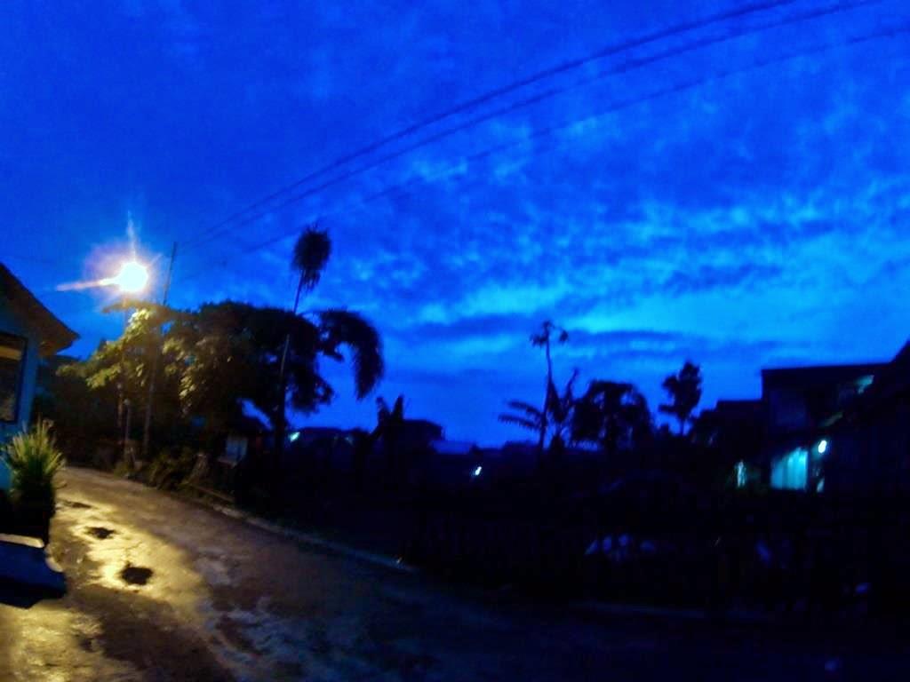 Sorotan lampu jalan masih menerangi jalan
