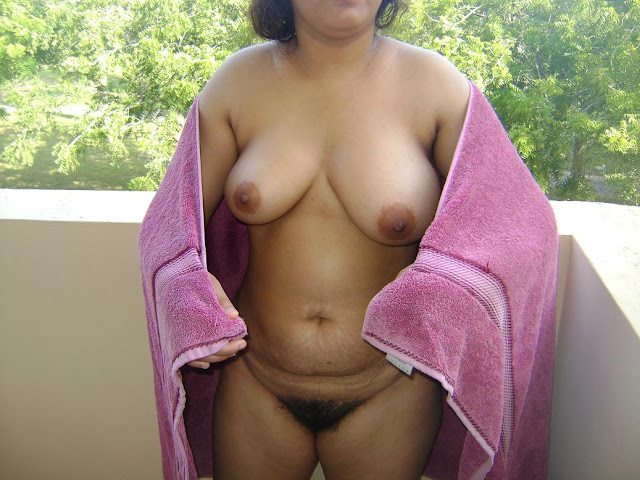 Busty Indian Girl Showing Big Boobs indianudesi.com