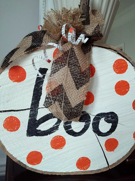 Boo sign using a wood slice at www.diybeautify.com