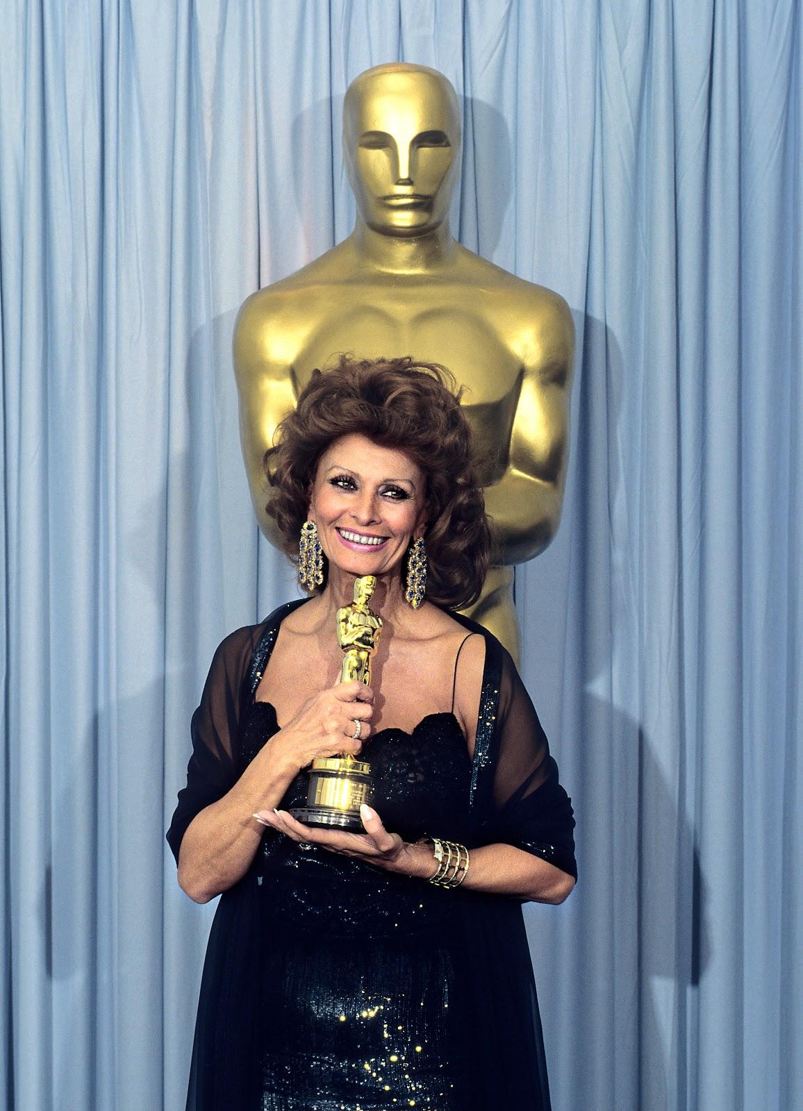 http://4.bp.blogspot.com/-TA9EH1O-Ez8/TZE9IL1c5rI/AAAAAAAAAQ0/gJxoYfyw02I/s1600/Sophia+Loren+at+the+1990+%252863rd%2529+Academy+Award+ceremony+01.jpg