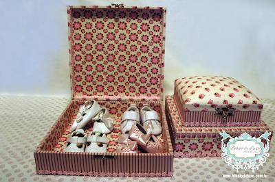 KIT DE CAIXAS DE CORUJINHAS PARA QUARTO DE BEBÊ www.bibelodeluxo.com.br Kit de caixas para deixar o quarto do bebê ainda mais mimoso com o tema corujinhas, do Bibelô de Luxo - Ateliê de Idéias. Nas cores marrom, rosa e creme, os tecidos escolhidos variam entre o floral, o listrado e as corujinhas, tema principal do kit. Muito versáteis, as caixas são empilháveis, sendo somente a menor delas com a tampa estofada. 100% forradas com tecido, a maior caixa deste kit possui aproximadamente 30x30 e a menor cerca de 20x20, elas são multiusos, muito usadas principalmente para guardar acessórios de cabelos ou kits de presentes com roupinhas, sapatinhos e itens diversos de bebês. Aceitamos encomenda do kit  ou de uma das caixinhas individualmente, consulte mais abaixo qual o cod. de cada caixa.  Fotos: Bibelô de Luxo