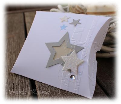 http://stempel-krempel.blogspot.de/2015/11/weihnachtlich-angehauchte-pillowbox.html
