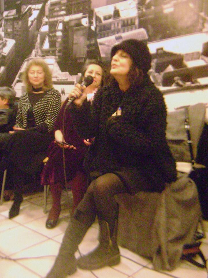 Cecilia Almarza cantando una de sus maravillosas canciones