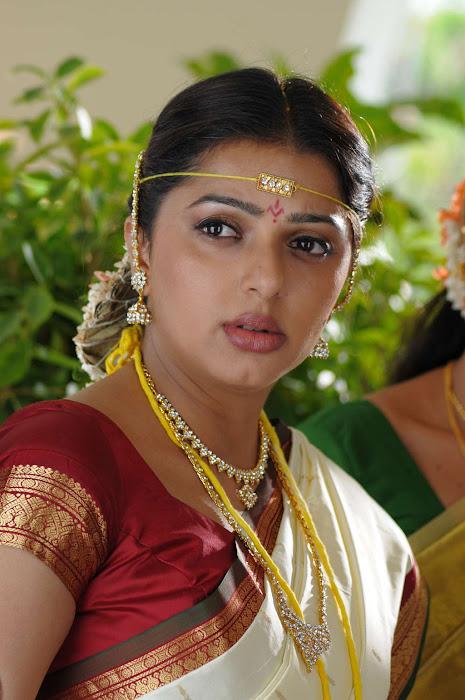 bhumika chawla in saree