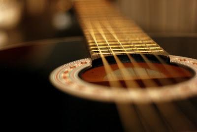 Foto centro guitarra acustica cuerdas