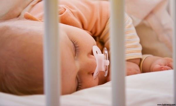 Photo bébé qui dort dans son lit en paix