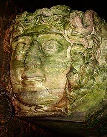 yerebatan-sarnıcı-medusa-heykeli-fotoğraf-yılan-saçlı-kadın