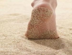 هل جربت أن تمشى حافى القدمين ؟؟ هل تعرف فوائد ذلك؟ :)