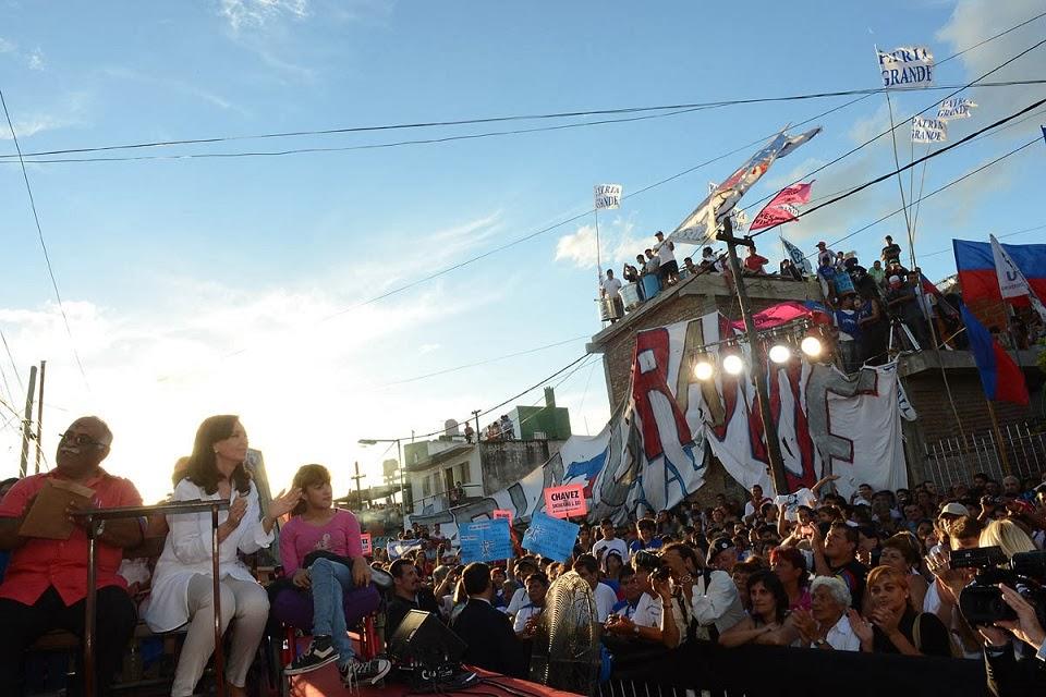 http://4.bp.blogspot.com/-TCrnBIMEdXE/UxfT46VsgsI/AAAAAAAAFXY/b0S8Q6Mj9pU/s1600/Misa_en_honor_a_Hugo_Ch%C3%A1vez_-_Cristina_Fern%C3%A1ndez_de_Kirchner(2).jpg