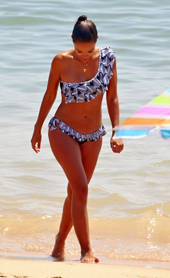 Dânia Neto em Bikini na Praia