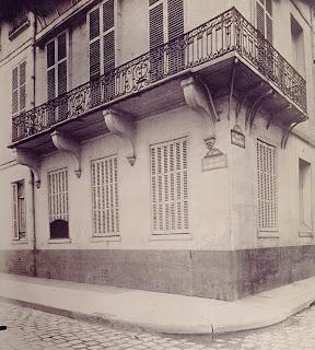 Balcon de l'hôtel Hesselin 24 quai de Béthine à Paris, aujourd'hui disparu, photo de Atget de 1906