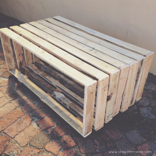 Homemade pallet coffee table - www.teawithmrsbee.com