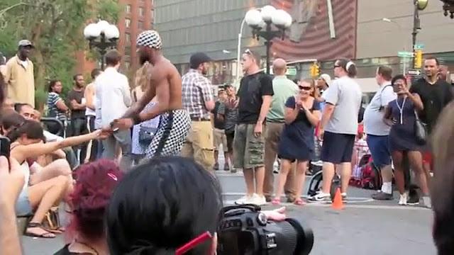 En pleine rue à New-York, accrobate fait une chose incroyable sur cette dame